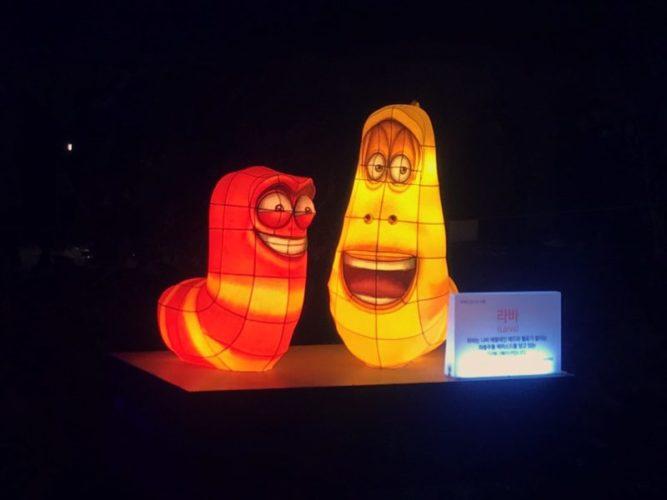 赤色と黄色の笑っている芋虫たち