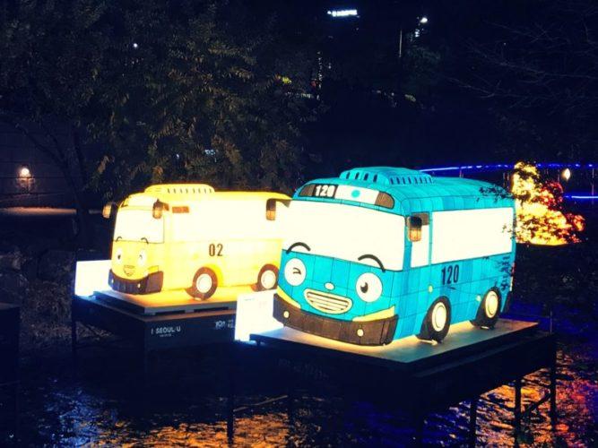 正面に顔が書いてある黄色と青色のバス