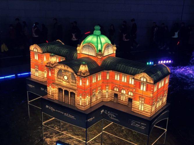オレンジの外壁とエメラルドの屋根の旧駅舎