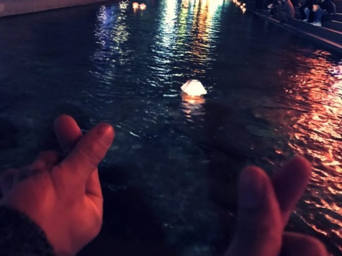 2人のハートマークの先に浮かぶ灯篭