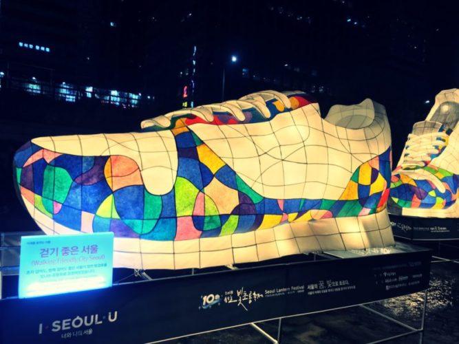 カラフルなデザインの大きな靴