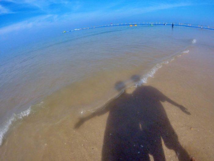 透明な海水よりマッドな砂が目立つ海