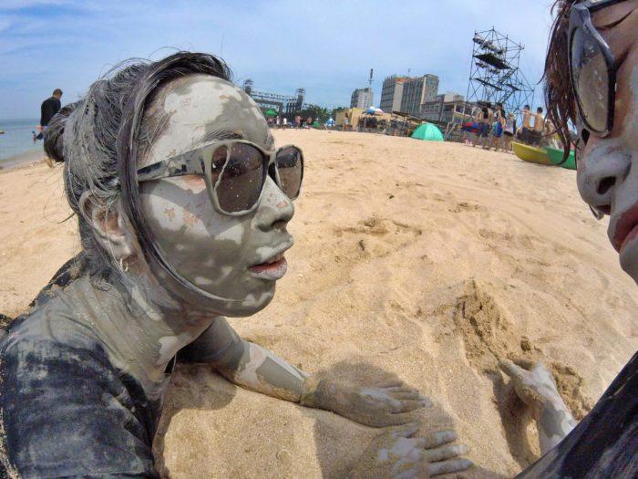 ビーチに転がる泥人間