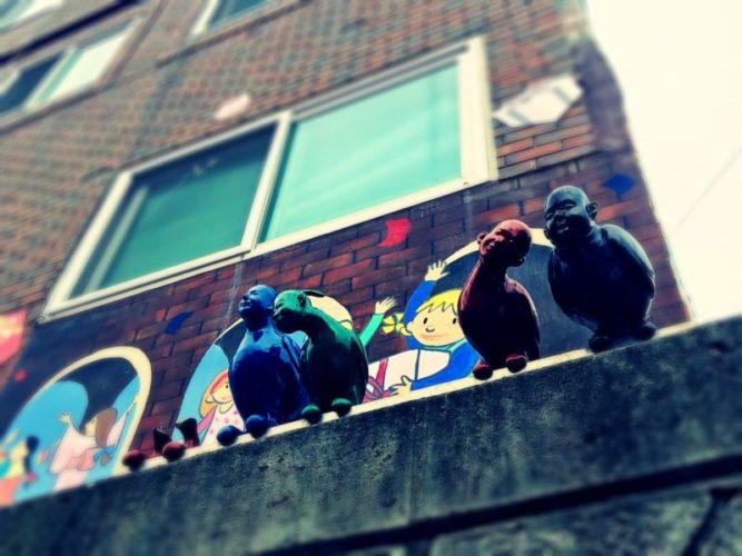 壁の上から見下げる人面鳥4羽