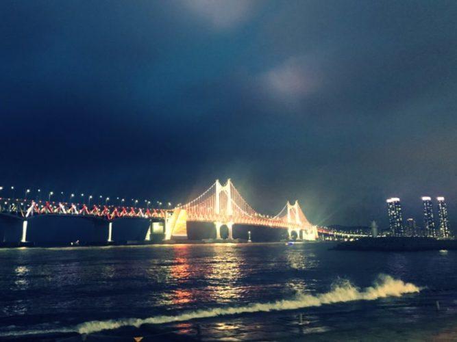 夜空に輝く広安里大橋のライトアップ