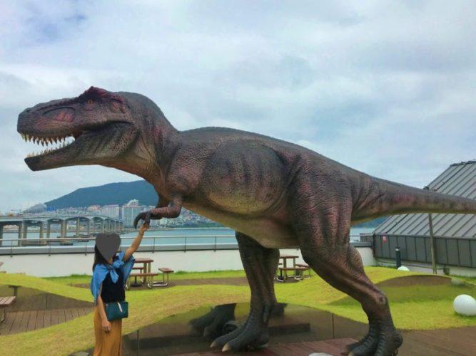 3mある巨大な恐竜の小さな手と握手