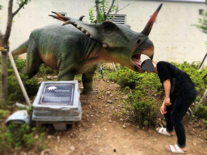 恐竜に頭をかじられる彼