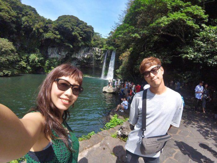 滝をバックに記念撮影
