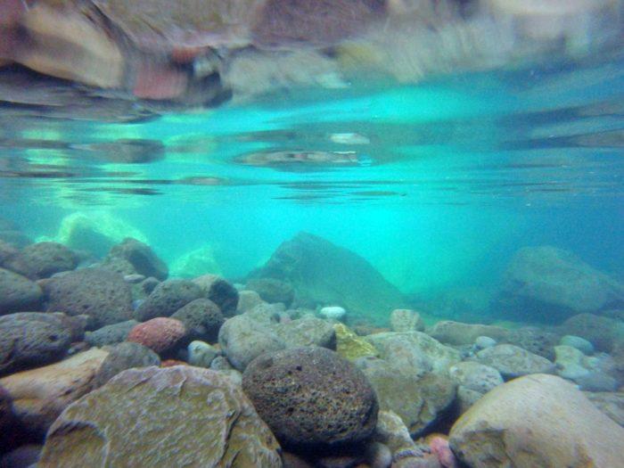 水中のはっきりと見える石ころたち