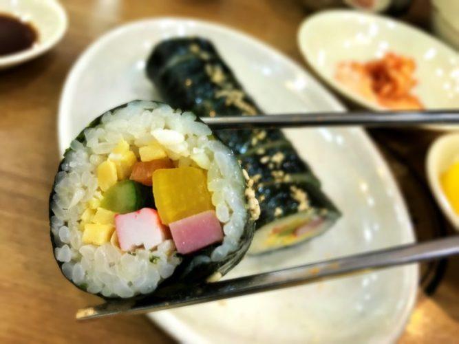 色とりどりの具が入った小ぶりな巻き寿司