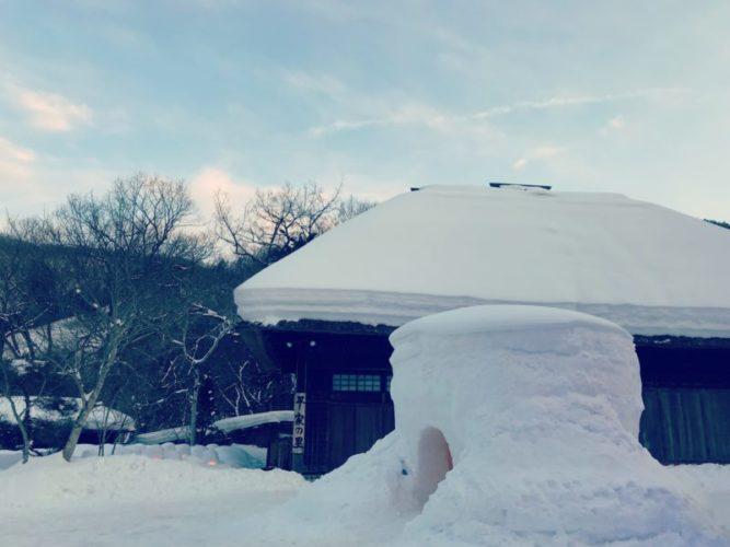 ずっしとした屋根の雪と大きなかまくら