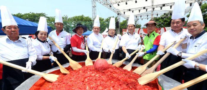 大呂のトマトを混ぜるシェフたち