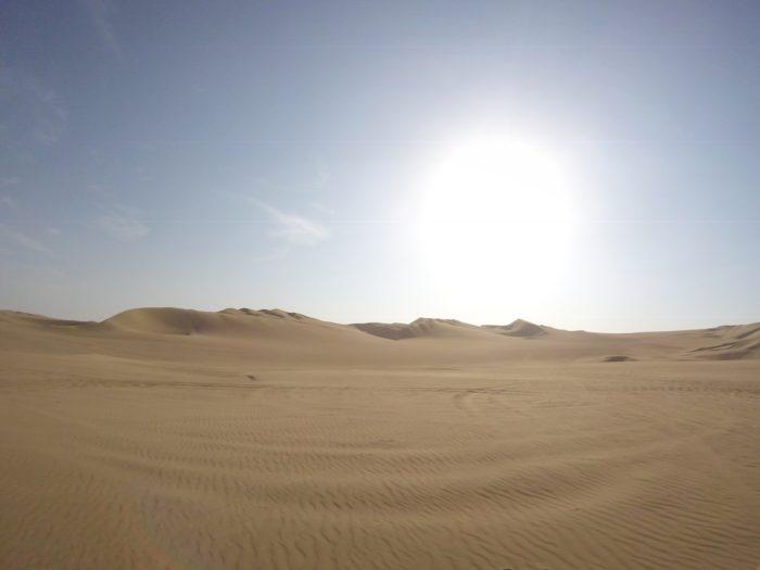 どこまでも続く砂漠と太陽