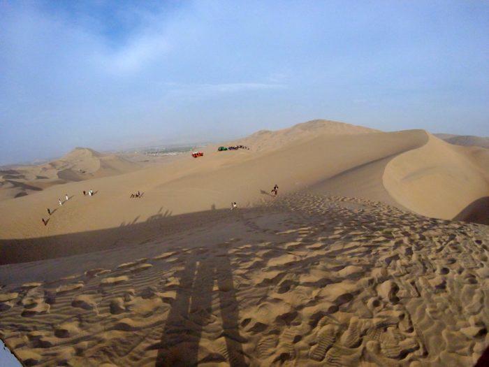 砂山の上から見たサンドボーディングの光景
