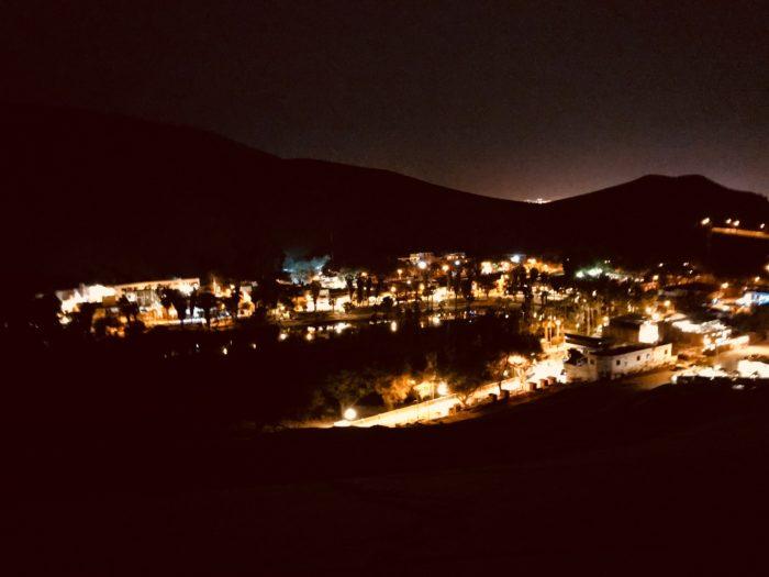 街の灯りだけが輝く砂漠からの眺め
