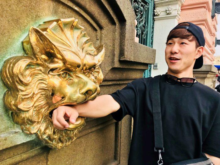 ライオンに腕を噛まれる彼