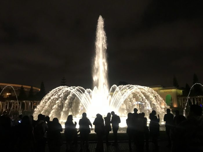 80m吹き出す円形の噴水