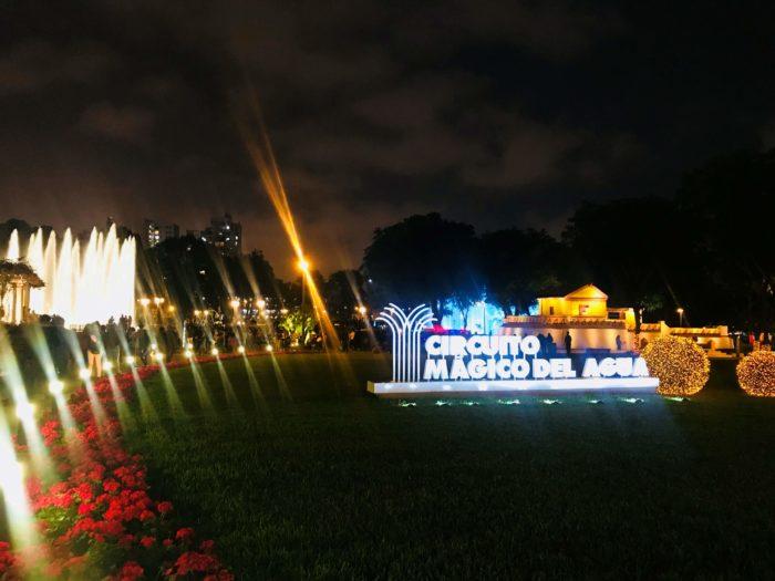 入り口前の広場ライトアップ