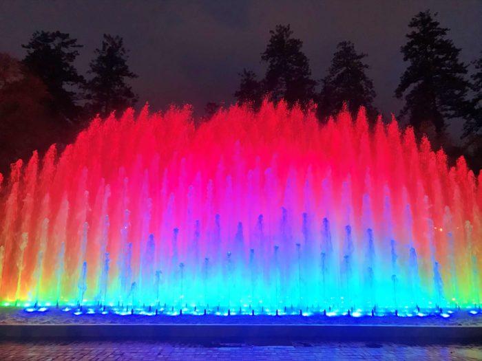 虹色に吹き上がる噴水