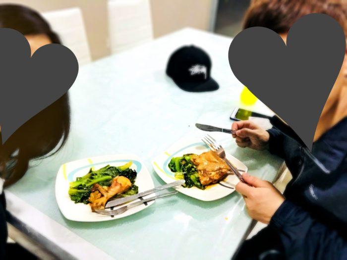 キッチンテーブルのディナー
