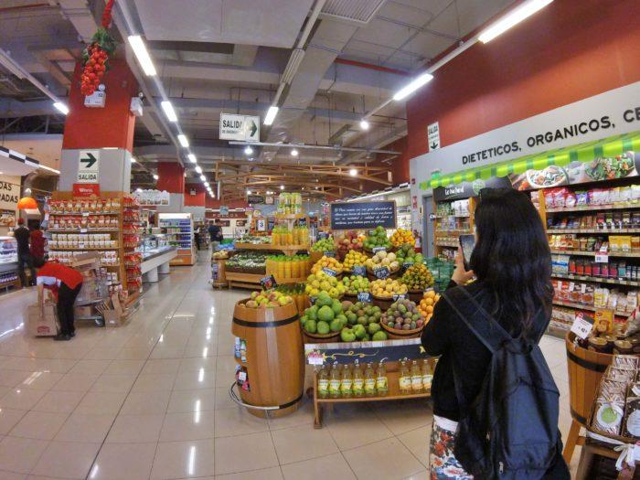 スーパーの広い店内