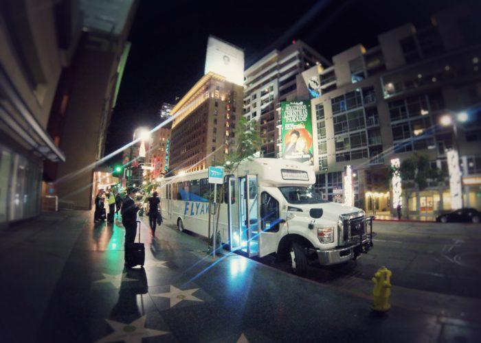白い車体にFLYAWAYと側面に青で書かれたバス