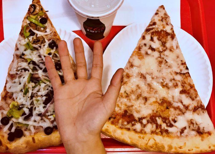 私の手よりひと回り大きいピザ