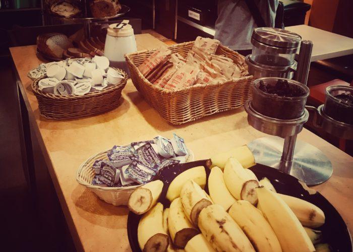 テーブルに並べられたトーストやバナナ