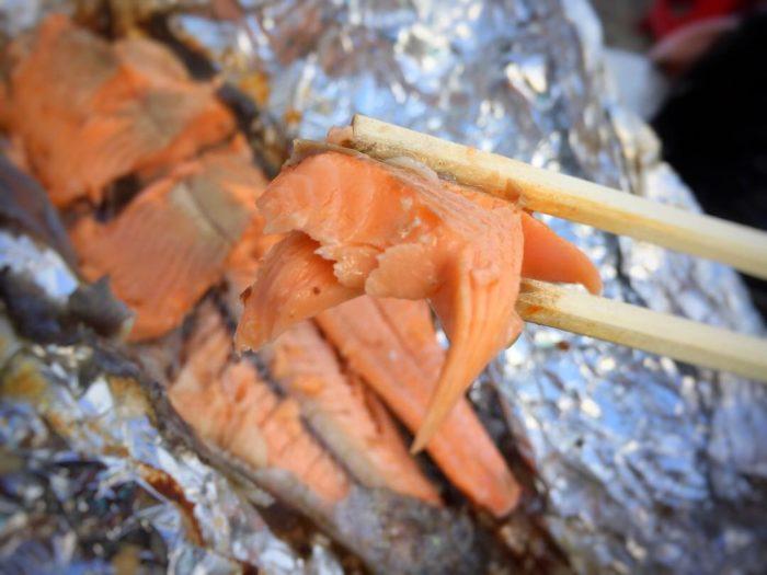 きれいなオレンジ色のホカホカのマス焼き