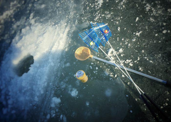 簡易釣り竿2、氷すくい1、エサ1