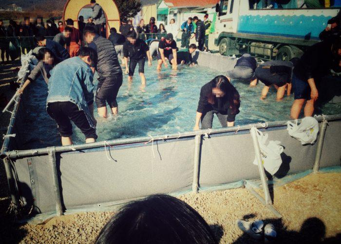 プールの中でひざ下まで水に浸かる大人たち