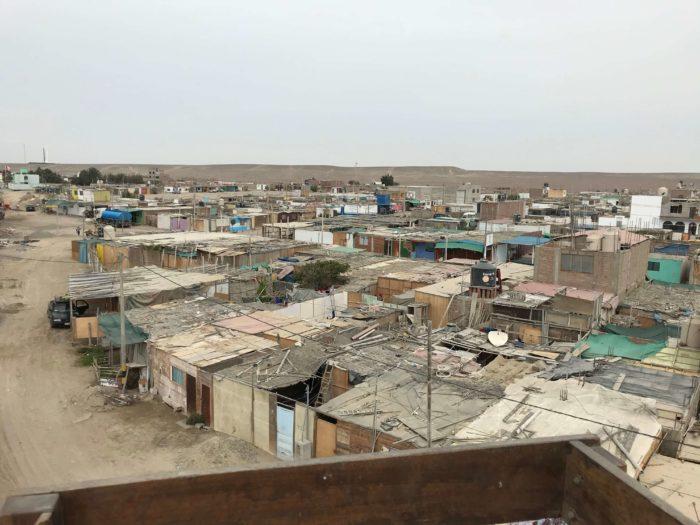 茶色で敷き詰められた貧しい暮らしが見える家々
