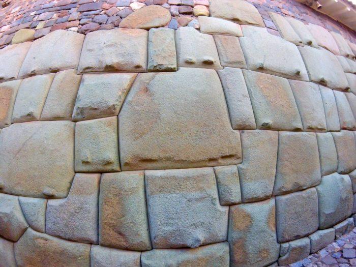 隙間なく組み合った大きな石
