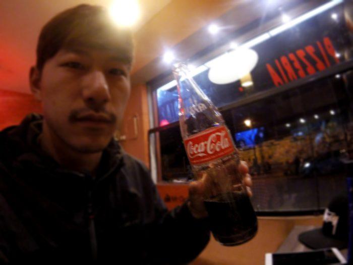 顔の1.5倍サイズのコーラ瓶