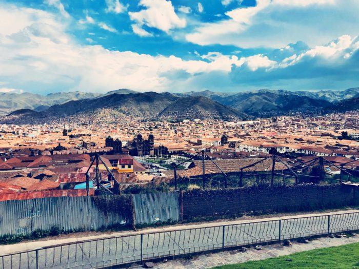 そびえ立つアンデス山脈と街の屋根1