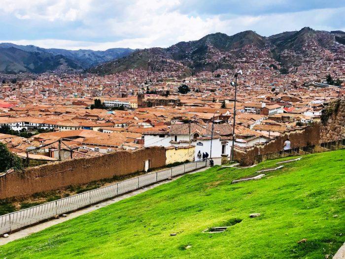 そびえ立つアンデス山脈と街の屋根2