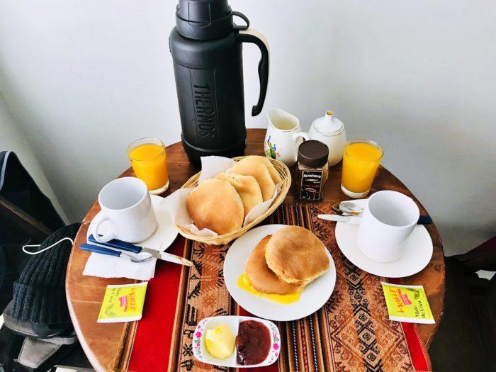 丸いパンとコーヒー・オレンジジュース