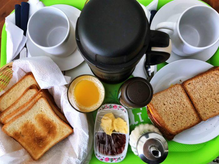トーストとコーヒー・オレンジジュース