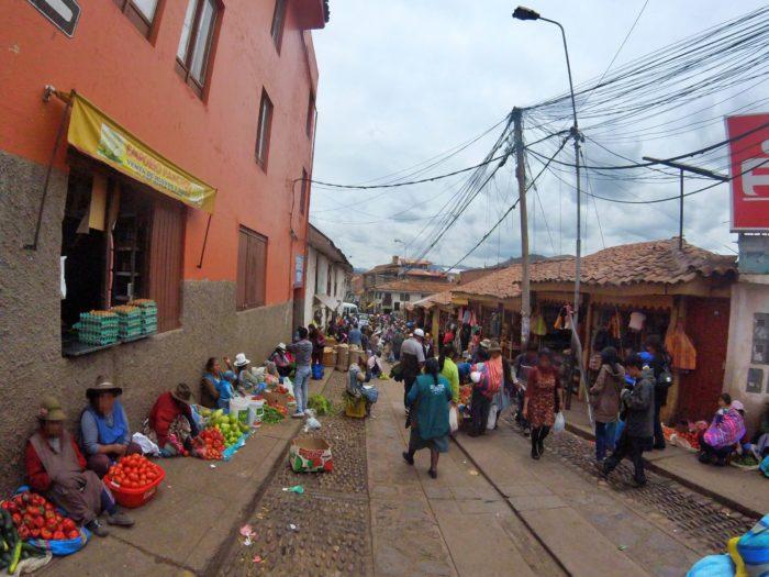 地べたに座り野菜を売る現地の人々
