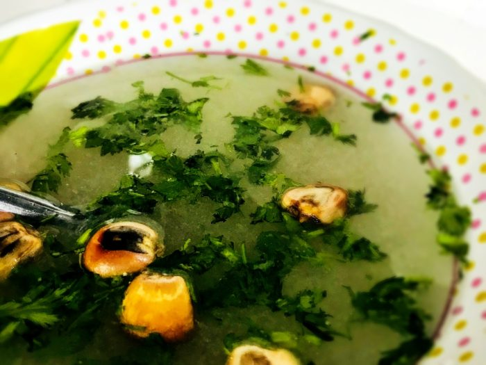 パクチーとトウモロコシの入った透明なスープ