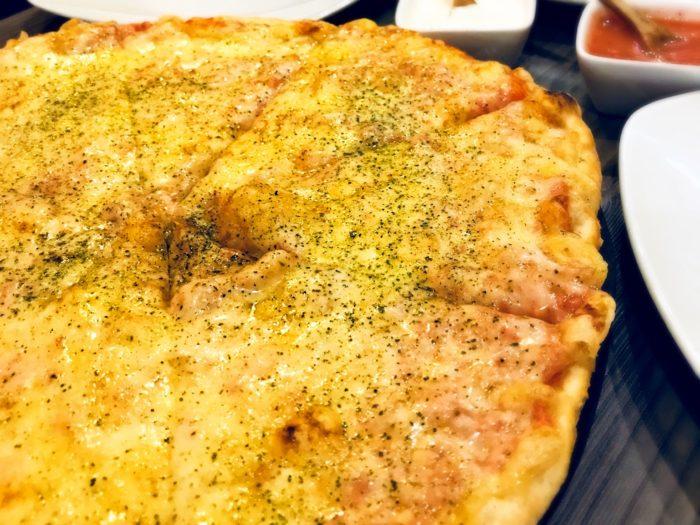 写真におさまらないでっかいピザ