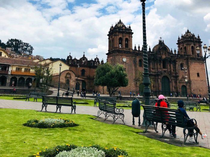 そびえ立つ大聖堂とベンチ