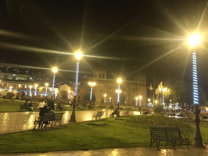 オレンジに照らされる広場