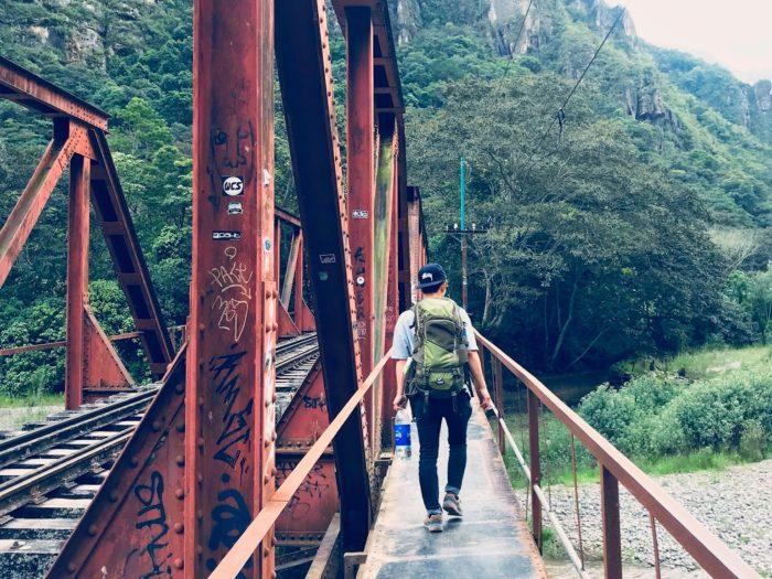 鉄橋の端に歩道があります