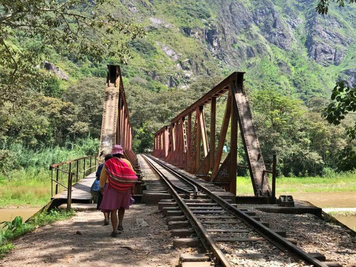 ペルーのおばちゃんと鉄橋