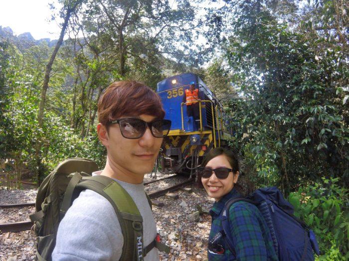 通り過ぎる列車と記念撮影