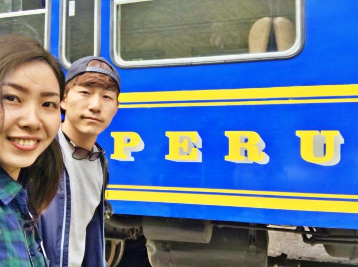 ブルーの車体と黄色文字のペルーレイル