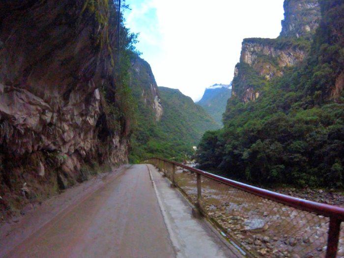 村に続くアスファルト道