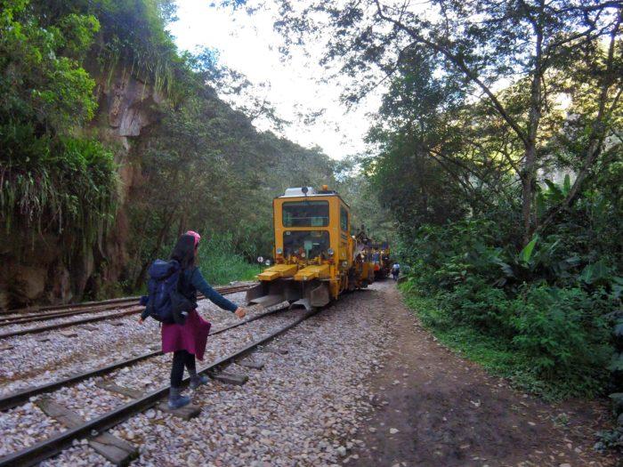 牽引列車と線路でバランスを取る私