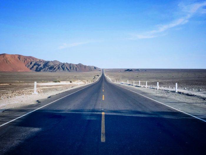 一直線に延びる荒野の中央の道路